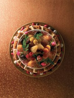 Plus de place pour le dessert ? Pas si sûr ! Sucrés ou fruités, frais ou rafraîchis, gourmets et gourmands, canelés ou chocolatés, les desserts de Comtesse vous feront perdre la tête. Et dans ce boudoir aux airs de caverne d'Ali Baba, craquez pour son petit préféré : le baba.