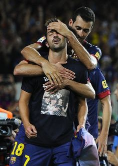 Villa celebrating his goal, dedicating it to his wife and daughters Fc Barcelona, David Villa, A Way Of Life, Make Me Smile, Soccer, Football, Couple Photos, Celebrities, Pictures