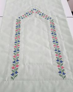 Nişan Bohçası Seccade Modeli Baby Knitting Patterns, Embroidery Patterns, Palestinian Embroidery, Cross Stitch Borders, Prayer Rug, Textile Fabrics, Bargello, Easy Drawings, Floral Tie