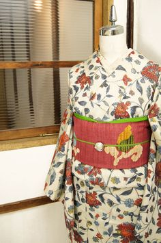 わずかにグレーがかったクリームホワイトの地に、クレパスで描いたような織りのタッチも味わい深く、優美な植物装飾模様が織り出されたロマンチックな袷着物です。