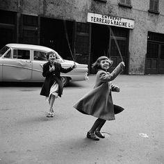 Vivian Maier 1950 / Children playing #vivian #maier