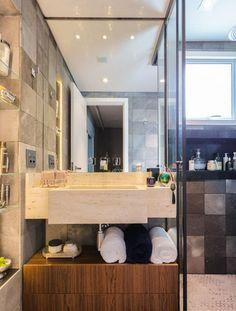 Veja como elementos como organizadores e boa iluminação podem fazer a diferença na hora de planejar e decorar banheiros simples.