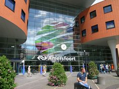 Na een hele lange reis komen ze aan op station Amersfoort in Nederland. Dan worden ze met een bus naar een vreemdelingencentrum in Zevenaar gebracht