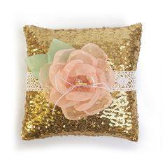Almofadinha feita em tecido Paetê com flor de musseline. R$ 100,00