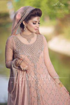 Stunning waiiii amaxng Pakistani Bridal Makeup, Bridal Mehndi Dresses, Walima Dress, Pakistani Formal Dresses, Pakistani Wedding Outfits, Bridal Dress Design, Bridal Outfits, Bridal Lehenga, Indian Outfits