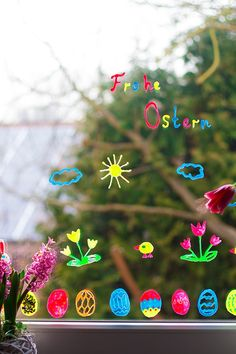 Geniale Fensterdeko für Ostern mit Kindern basteln So you make ingenious window decoration for Easter – window pictures from self-made window colors – tinker with children for Easter. Clay Crafts For Kids, Diy And Crafts, Simple Crafts, Felt Crafts, Hoppy Easter, Easter Gift, Classroom Treats, Decoration Originale, Christmas Ornaments