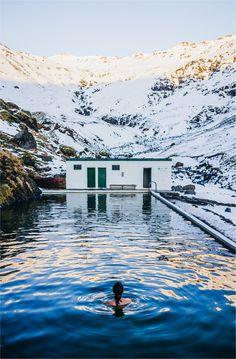 Islande. Seljavallalaug (Mars 2016) C'est un endroit un peu plus confidentiel, la vieille «piscine» de Seljavellir date de 1925. Il faut marcher une vingtaine de minutes le long d'une rivière pour atteindre cette source d'eau chaude. Confort sommaire. Eau à environ 24 ou 25°C (à vrai dire, ce n'est pas très chaud quand l'air est à 0°) mais l'expérience vaut vraiment le détour. Les montagnes, la neige, le froid, la roche tout autour. Un bon moment d'Islande...