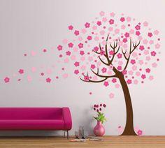 rosa Sofa und ein blühender Baum
