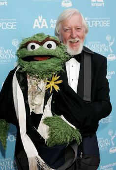 Oscar the Grouch and Caroll Spinney (who played Big Bird and Oscar) Sesame Street Muppets, Sesame Street Characters, Cartoon Characters, Grandeur Nature, Oscar The Grouch, Fraggle Rock, The Muppet Show, Miss Piggy, Kermit The Frog