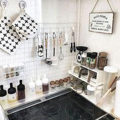 女性で、1LDKの賃貸アパート/2人暮らし/つっぱり棒/リメイク/モノトーン/セリア…などについてのインテリア実例を紹介。(この写真は 2017-02-19 08:40:22 に共有されました) Kitchen Pantry Organisers, Kitchen Storage Boxes, Kitchen Organization Pantry, Japanese Apartment, Japanese Kitchen, Kitchen Dinning, Vintage Kitchen Decor, Apartment Kitchen, House Rooms