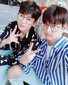 Wow they look like twins in this picture! Yunhyeong x Chanwoo Kim Jinhwan, Chanwoo Ikon, Hanbin, Bobby, Picture Song, Ikon Songs, Jay Song, Hip Hop, Ikon Wallpaper