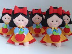 Lindas bonequinhas Branca de Neve.    Você pode dar de lembrancinha somente as bonequinhas ou centro de mesa com jutas nas cores Verde, Amarela, Vermelha e Juta Crua.    À PARTIR DE:    OPÇÃO 1: Branca de Neve no palito, costurada toda à mão e com enchimento. VALOR: R$25,00    OPÇÃO 2: Branca de ... Mickey Mouse, Hello Kitty, Christmas Ornaments, Holiday Decor, 1, Snow White, Home Decor, Colorful, Colors