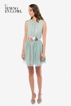 54aca81c74 Vestido corto de fiesta elaborado con tul el cuello se ata en la nuca con  un laz