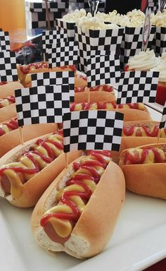 Hot dogs con banderas a cuadros ideal para fiestas de carrera de autos.                                                                                                                                                                                 Más