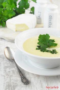 """Kohlrabisuppe macht mich glücklich! Diese vegetarische Suppe gehört zu meinem Lieblingsgerichten, mein einziges Problem ist nur, dass es zur Zeit keinen Kohlrabi aus heimischen Anbau gibt. Beim Einkaufen schlich ich also ein paar Tage um den Gemüsestand herum und dann … <a href=""""http://herzelieb.de/kohlrabisuppe-camembert-rezept-kochen/"""">Weiterlesen</a>"""