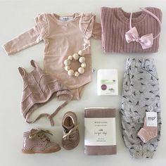 Så lækker pakke  her hos Gladerollinger er vi så vilde med det lækre fugleprint fra WHEAT. Printet fåes både som her i bukser og en skøn kjole. De smukke wingsleeve fra KNAST har vi igen fået fyldt op af #gladerollinger #worldwideshipping #baby #pige