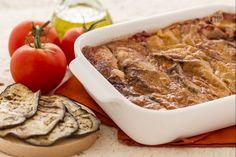 La parmigiana di melanzane grigliate è una variante della ricetta classica, più leggera ma comunque molto saporita, ottima da gustare calda di forno.