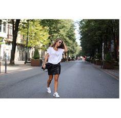 Pin for Later: 42 Façons de Rendre Votre T-shirt Blanc Moins Ennuyant Avec une Jupe en Cuir et des Baskets