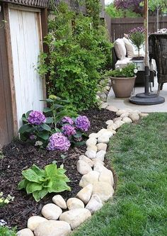 DIY Lawn Edging Ideas For Beautiful Landscaping: Outdoor Garden Edged with White Rocks River Rock Landscaping, Landscaping With Rocks, Front Yard Landscaping, Florida Landscaping, Luxury Landscaping, Landscaping Design, Diy Landscaping Ideas, River Rock Patio, Decorative Rock Landscaping