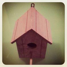 Casita nido de madera disponible en varios colores.  10.10€