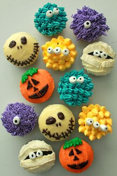 12 Decadent Halloween Desserts to Savor Halloween Monster Cupcakes: Halloween wedding with a fun side? Or perhaps you want something more child-friendly for the kids' table? These adorable monster cupcakes are really precious and not at all ghoulish. Halloween Desserts, Bolo Halloween, Halloween Torte, Halloween Backen, Halloween Goodies, Halloween Food For Party, Spooky Halloween, Holidays Halloween, Happy Halloween