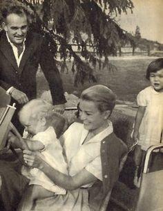 Princesse Grace , avec Prince Rainier, Princesse Caroline et Prince Albert au volant !!!