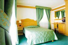 Camera singola con letto da 120/140 cm.    DOTATA DI:   - balcone o grande finestra  - bagno con doccia e phon  - minibar e cassaforte  - WI-FI  - telefono e TVColor.