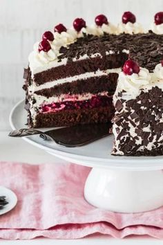 Schwarzwälder Kirschtorte – das Klassiker-Rezept Black Forest cherry cake is simply one of the most popular classic recipes. Pear And Almond Cake, Almond Cakes, Black Forest Cherry Cake, German Desserts, Best Pie, Flaky Pastry, Mince Pies, Breakfast Buffet, Food Cakes