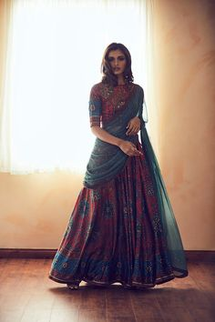 In the West designer Vera Wang's label is synonymous with bridal couture, but in India when we talk about a wedding dress Ritu Kumar is the name that surely cr Indian Gowns Dresses, Indian Fashion Dresses, Dress Indian Style, Indian Designer Outfits, Fashion Outfits, Pakistani Dresses, Pakistani Bridal, Half Saree Lehenga, Lehnga Dress