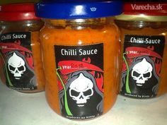 Chilli omáčka - Sriracha Drink Bottles, Chili, Pesto, Lunch Box, Food And Drink, Cooking Recipes, Smoothie, Homemade, Canning