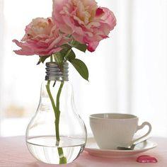 Uma lâmpada que se transforma em um lindo vasinho de flores! :)