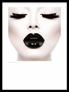Portrett av kvinne med svarte glossy lepper.