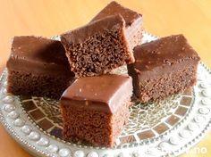 Sinnsykt deilig og myk, amerikansk sjokoladekake! Dessuten er den kjempelettvint å lage. Kaken inneholder Coca-Cola brus i både kake og glasur. Sjokoladeglasuren helles varm over kaken slik at den får trukket skikkelig godt inn i kaken, og dette gjør at hver bit smaker himmelsk! Oppskriften er til liten langpanne. Love America! Sweet Recipes, Cake Recipes, Danish Dessert, Sweet Corner, Norwegian Food, Food Cakes, Something Sweet, Let Them Eat Cake, No Bake Cake