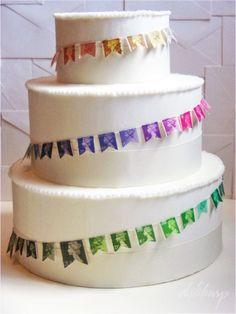 wedding belles and whistles: cakes  ウェディングケーキは何か凝ったもの・派手な装飾・演出をしたくなるもの。  だけどこんなにシンプルで、それなのに品ある彩りを上手くデコレーションしているこのデザイン、GOOD!