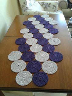 How to Make Crochet Look Like Knitting (the Waistcoat Stitch) Aprende como hacer caminos para mesas hechos de crochet paso a paso muy sencillos de hacer Crochet Circles, Crochet Round, Crochet Granny, Crochet Motif, Crochet Designs, Crochet Patterns, Doily Patterns, Crochet Ideas, Crochet Table Runner