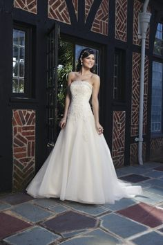 Weites A-Linien-Brautkleid von Sincerity Brida schulterfrei mit Spitze und Schleppe.