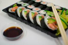 Andare al ristorante giapponese è la moda del momento e gustare sushi, mangiandolo con le tradizionali bacchette, è sempre più comune. Per questo anche noi di BurroFuso abbiamo voluto preparare il sushi salmone e avocado e condividere con voi la ricetta.   Procedimento: Cospargete il salmone di