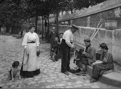 Paris, un tondeur de chien, quai Montebello, vers 1905. Une photo des © Frères Séeberger/RMN-Grand Palais.