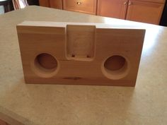 Wooden iPhone Amplifier DIY FREE PLANS no hookups/cords, um, awesome! It& the classier version of the glass bowl amp! Diy Wooden Projects, Easy Woodworking Projects, Cool Diy Projects, Wooden Diy, Woodworking Plans, Wood Phone Holder, Wooden Speakers, Diy Amplifier, Table Decorations