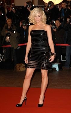 Exciting performer Gwen Stefani on the red carpet flaunting smooth edible party legs in a delicious black cocktail dress and 5 inch slingback pumps - sexy lady! Gwen Stefani Legs, Gwen Stefani Mode, Gwen Stefani Style, Great Legs, Beautiful Legs, Nice Legs, Beautiful Women, Gwen Stefani Pictures, Gwen Stephanie