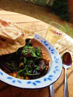 Hotmamahot, een combinatie van de Arabische- en Europese keuken. Op het bordje mossels, mossels met rode peper, saffraan, witte boontjes en koriander. Wat een smaaksensatie! De wijn die past bij die gerecht is een Portugese kanjer (https://www.grapedistrict.nl/mellow/portal-do-fidalgo-alvarinho.html?___SID=U) Een vettige, stevige witte wijn die perfect past bij de power van dit gerecht.