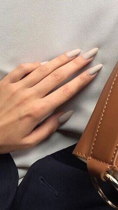 Nude manicure // gorgeous natural nails // minimalist manicure 5 practical ways to apply nail polish without errors Es ist fast eine Matte Nails, Acrylic Nails, Coffin Nails, Glitter Nails, Matte Makeup, Makeup Brush, Eye Makeup, Hair And Nails, My Nails