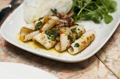 Prova una semplice ricetta, i calamari grigliati alla maniera calabrese, conditi con una semplice salsa a base di olio e l'immancabile origano.