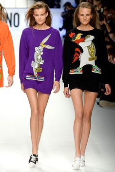 What makes Moschino different? Shop Moschino for women at Farfetch and look out for cocktail dresses and accessories that will leave a lasting impression. Fashion Week 2015, Latest Fashion Trends, Runway Fashion, High Fashion, Fashion Show, Fashion Design, Milan Fashion, Women's Fashion, Cartoon Outfits