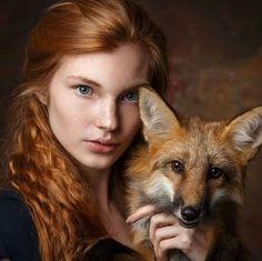 Ph: @katyadiordieva  Red Fox ✨ Спасибо большое @katyadiordieva за возможность провести вдохновляющую съемку с настоящей(!) лисой  Честно, до этого ни разу не трогала лис, они невероятные: лёгкие и грациозные, как кошки, а лают и пахнут, как собаки   #Fox #Foxy #redhead #portret #milky #twins #model #ginger