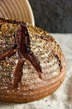 Wer in Bayern, aber auch in Österreich unterwegs ist, kommt an kräftigen Roggenbroten mit Kümmel, Fenchel und Koriander nicht vorbei. Bei Josef Bauer, dem Holzofenbäcker aus Thyrnau, habe ich ein solches Brot gebacken. Für mich ist dieses Erlebnis Anlass gewesen, selbst ein Rezept zu entwickeln. Mein Brot beinhaltet neben den drei genannten Brotgewürzen auch noch Schabzigerklee. Weiterlesen...