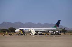 Die Berge im Hintergrund...der Hosea Kutako International Airport in Windhoek, Namibia. Namibia, Pilot, Aircraft, African, Sky, Airplanes, Bowties, Mountains, Heaven
