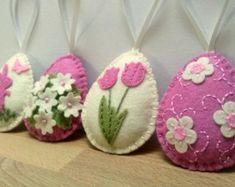 Voelde Pasen decoratie - voelde eieren met bunny, schaap, lam, kat, vlinders / set van 3 - baby roze  Aanbieding is voor 3 ornamenten -1 ei met paashaas -1 ei met lam -1 ei met kat en kleine vlinders  Handgemaakt uit wol mix voelde  Kleur combinatie van baby roze tinten achtergrond.   Grootte van mijn versierde eieren is over 2 1/8 x 2 5/8 inch (5,3 x 6,5 cm) Dit is de grootte van vilt ei zonder hangende lus