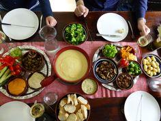 Kaasfondue: verse kaasfondue van de AH (2 zakken voor 4p net te weinig: aanvullen met geraspte gruyere en Zwitserse), geblancheerde bleekselderij, in knoflook gebakken champignons, krieltjes, broccoli, spruitjes, tortilla chips, tomaten, paprika, komkommer, brood, hummus, kruidenboter, gehaktballetjes, olijven, en druiven