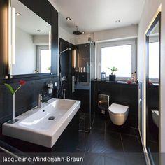 Kleines Bad mit eingebauten Spiegelschrank